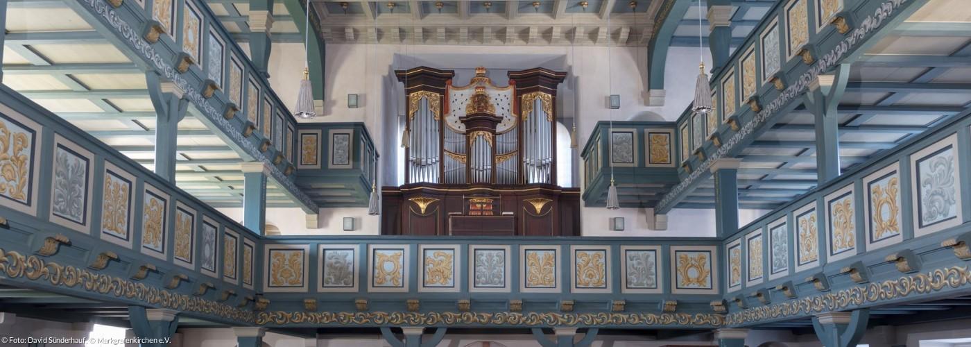 Blick ins Langhaus mit Orgelempore